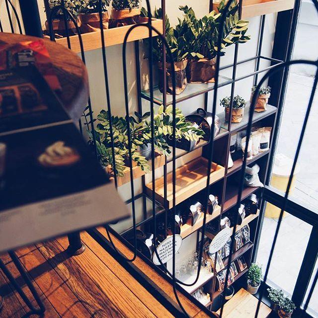 O @mondieucafe , milujem prostredie tejto kaviarne, kvety, francúzsku hudbu a #vegan friendly jedálny lístok  Dokázala by som tu presedieť aj hodiny...