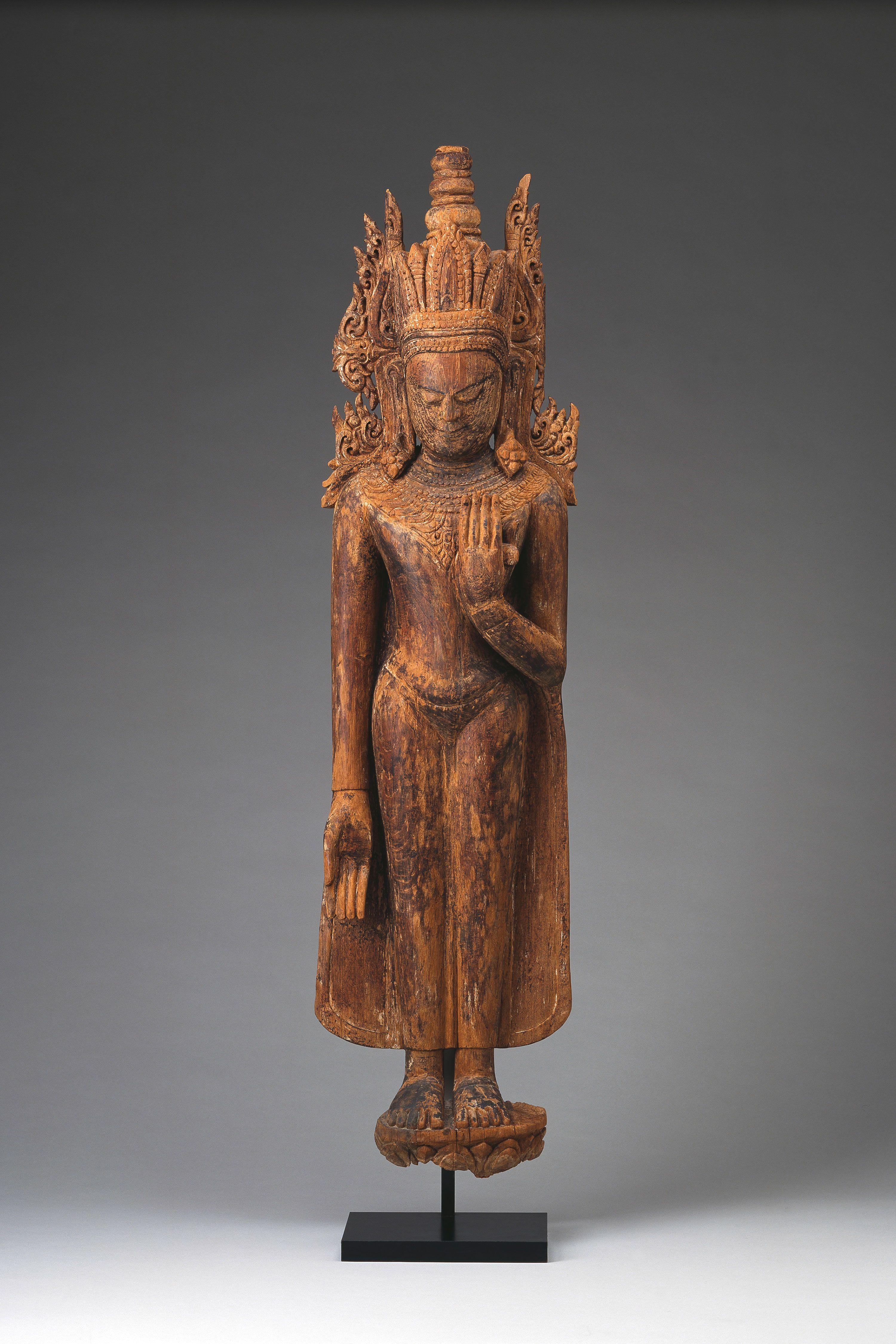 Gekrönte Darstellungen des Buddha sind mit indischen Handwerkern aus Bengalen nach Myanmar gelangt. Während die Theravada-Tradition den Buddha vor allem als Asketen versteht, wurde er im tantrischen Buddhismus Bengalens als menschliche Verkörperung eines transzendenten, ewigen Buddha verstanden, der gekrönt dargestellt wurde. | Foto: Anatol Dreyer