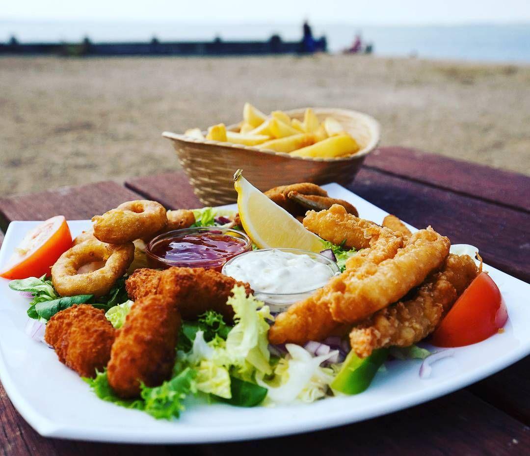 Food photographer at the beach: fish 'n' chips modernoso em Whitstable a uma hora de trem de Londres... A praia é um lugar perfeito pra conhecer o jeito típico inglês de curtir o litoral #england #inglaterra #whitstable #foodporn #gastronomia #foodphoto