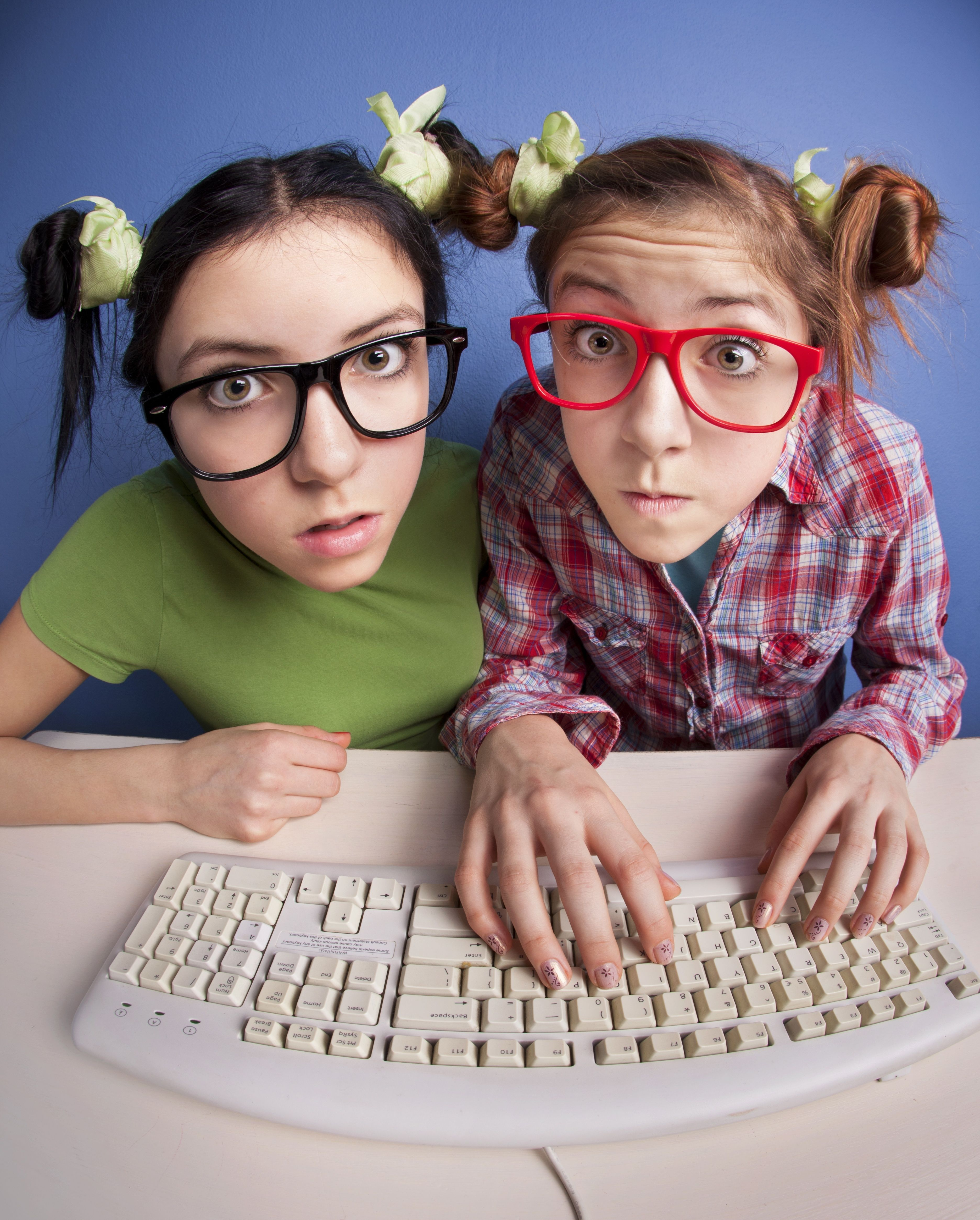 Eine Social-Media-Strategie zum Beispiel für einen Blog kann sehr einfach aber auch kompliziert sein. Ein Social-Media Autor oder Blogger macht normalerweise keine SWOT-Analyse oder taucht selten tief in Marktforschungen ein. Er kreiert oft auch Konzepte und grosse Dokumente, sondern er überfliegt Papier meistens nur und vertieft sich nur dort, wo es ihn auch brennend interessiert…  http://roland-hartmann.ch/die-strategie-fuer-einen-blog-sehen-denken-umsetzen/