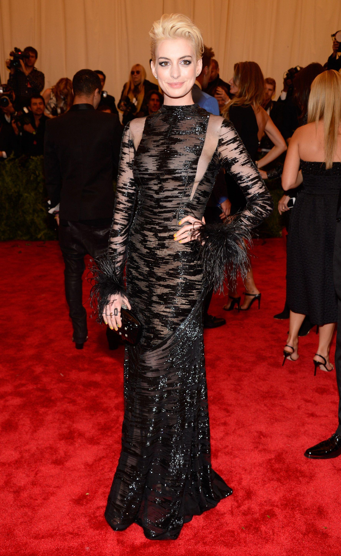 Whoa Anne Hathaway Goes Platinum Blond At The Met Gala Celebrity Gowns Met Gala Nice Dresses