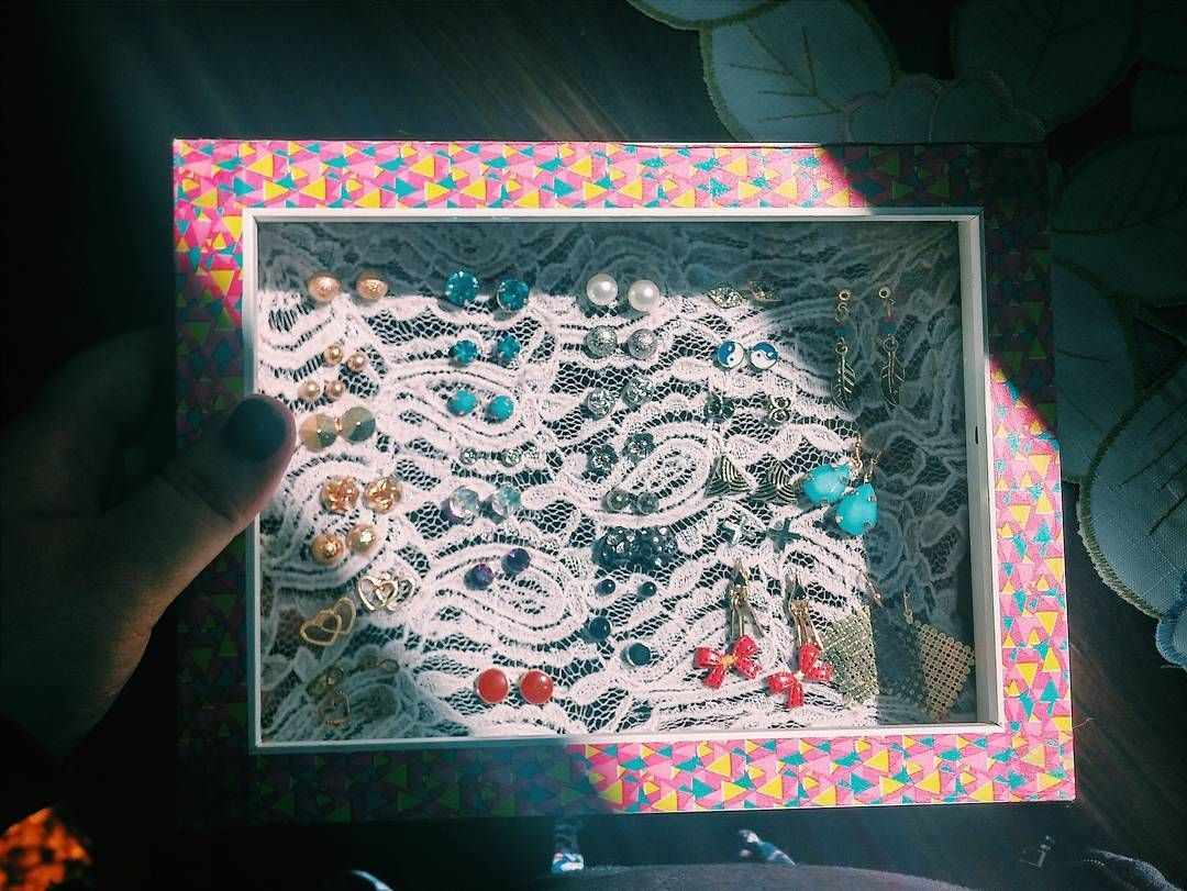 Latest #DIY undertaking, AKA my latest effort to avoid packing. I stretched lace over an old photo frame to use as an earring holder, and then decorated the frame with colorful washi tape. ✨