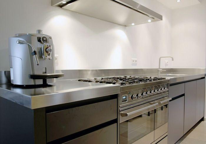 Roestvrij Stalen Keuken : Industrieel strakke keuken met roestvrijstalen aanrechtblad