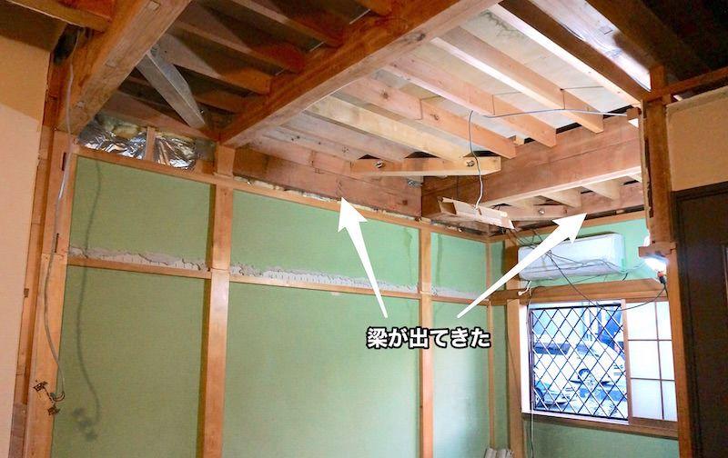 天井解体後の壁作り 歪んだ梁には薄ベニヤで不陸の調整してから壁を