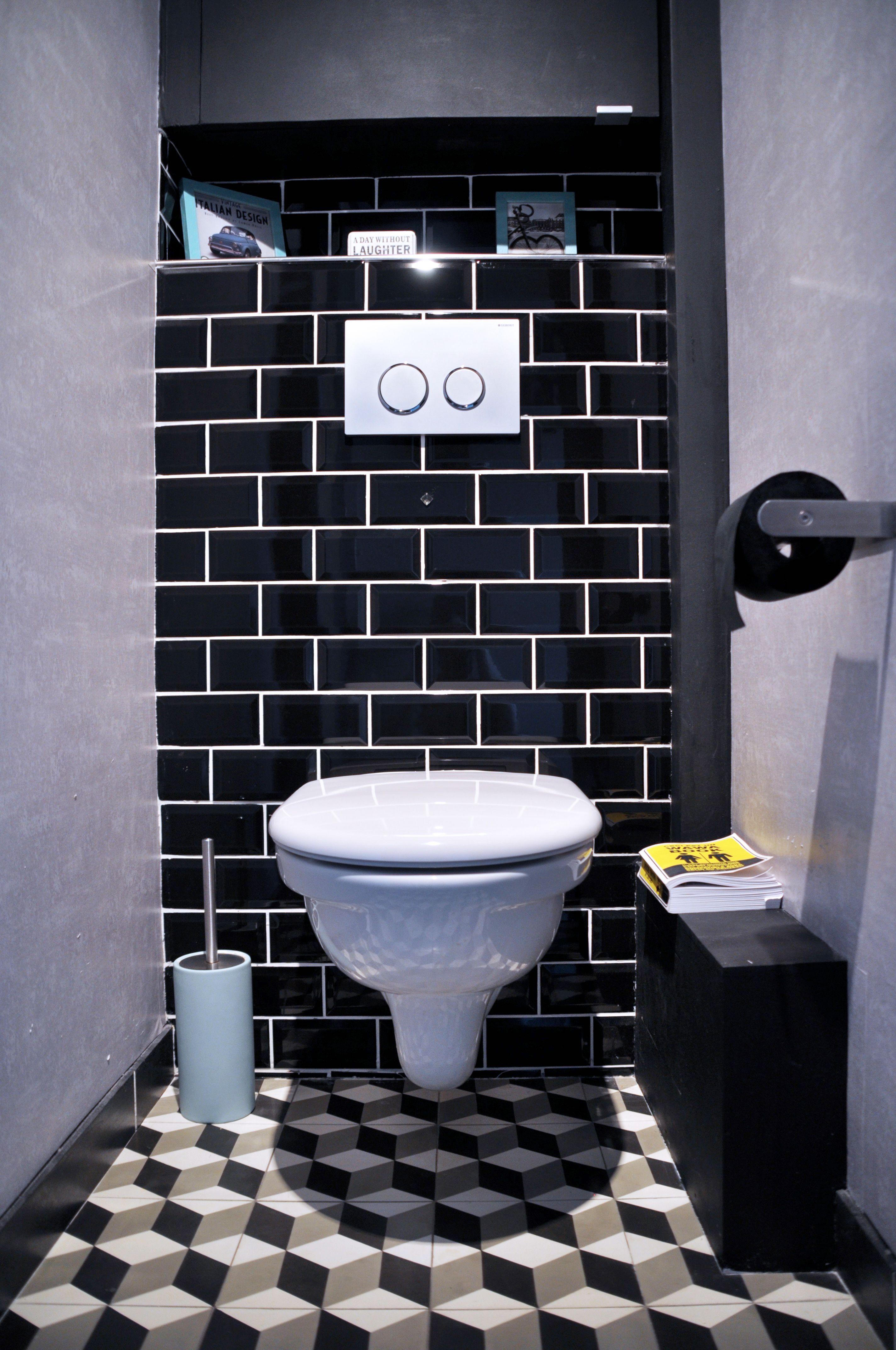 Wc Style Industriel Avec Le Carrelage Metro Noir Les Careaux De Ciment Au Sol Et Le Papier Peint Effe Carrelage Metro Noir Carrelage Toilette Deco Wc Suspendu