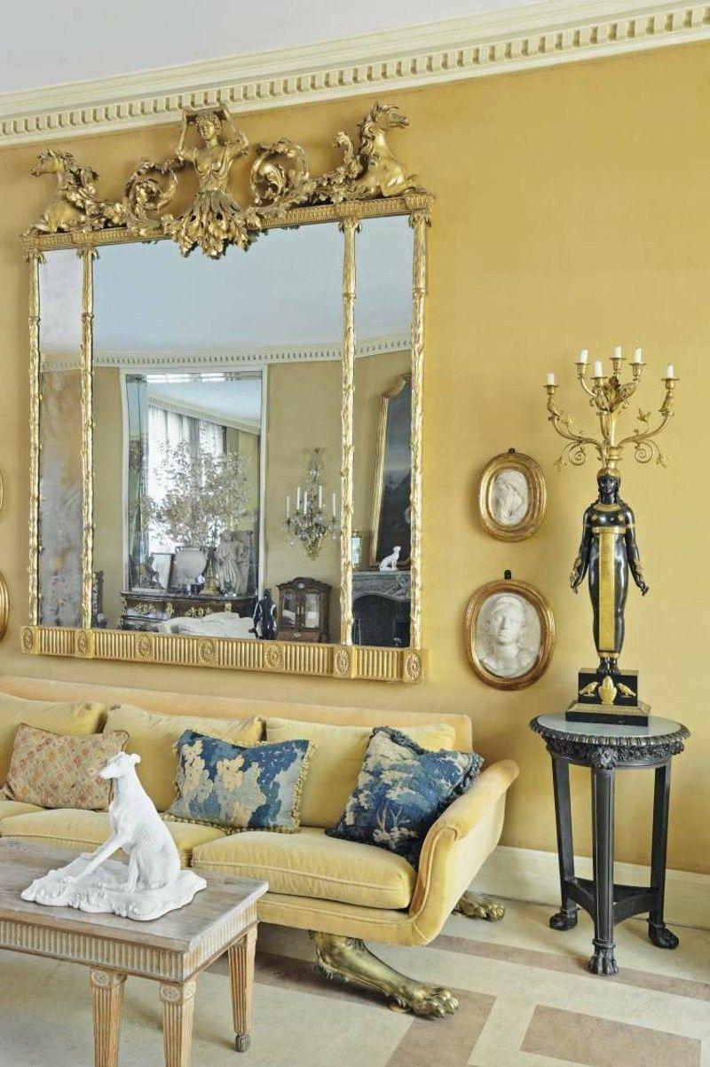Gelbes Wohnzimmer Mit Originellem Spiegel Im Barock Stil