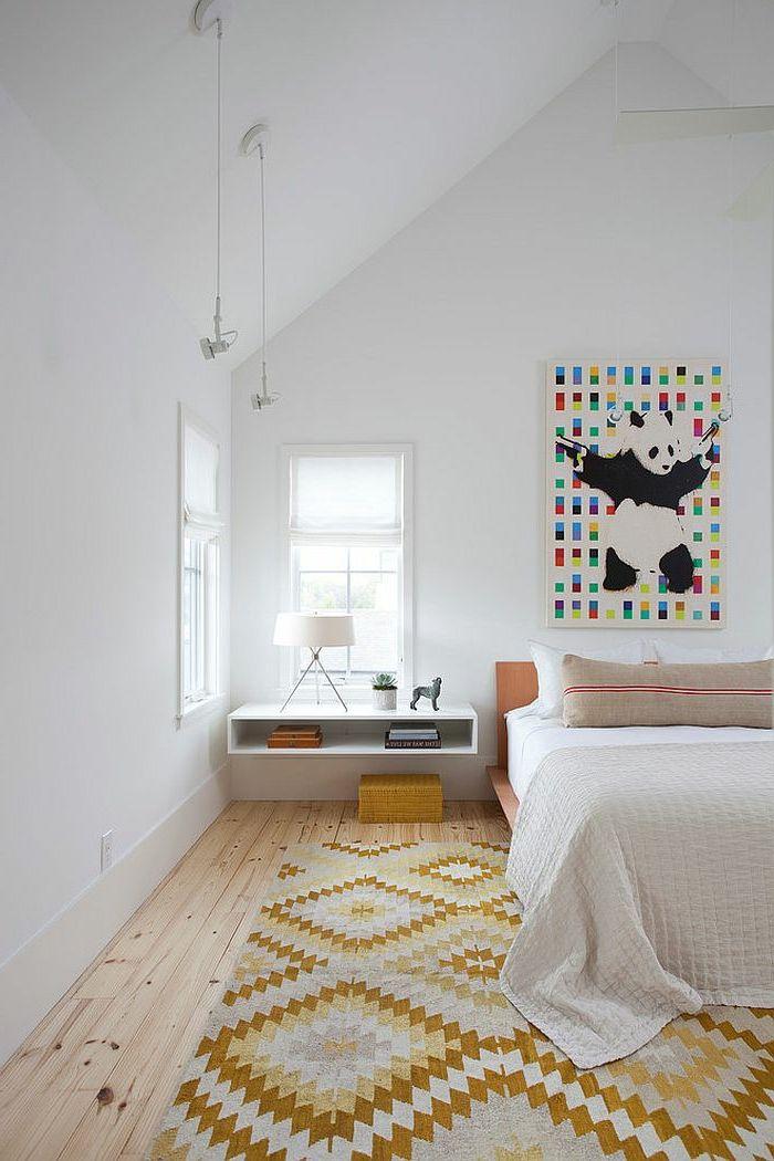 skandinavisches Schlafzimmer mit Schrägdach, weißen Wänden und weiße