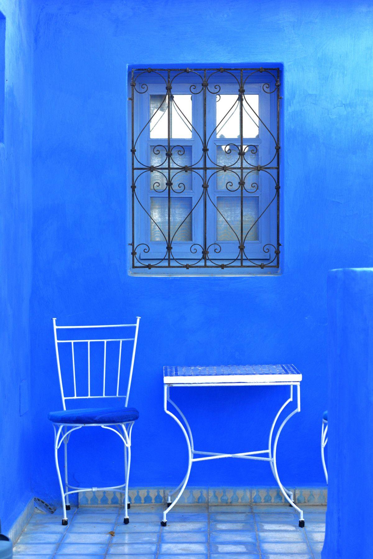 Pared Pintada En Azul Klein Junto A Muebles Met Licos Pintados En  # Royal Door Muebles