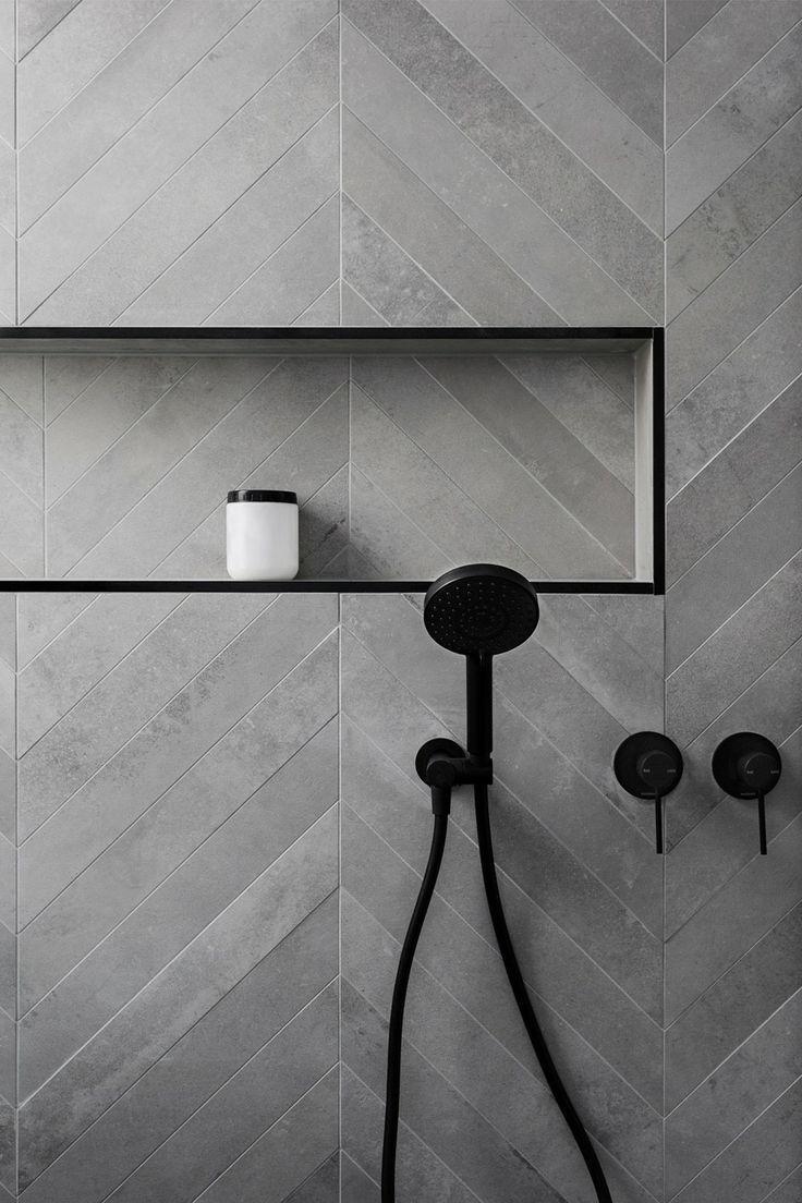 dunkelgraue Fliesen und schwarze Hardware in der Dusche – #the #dark grey #Dusc … – Interio…