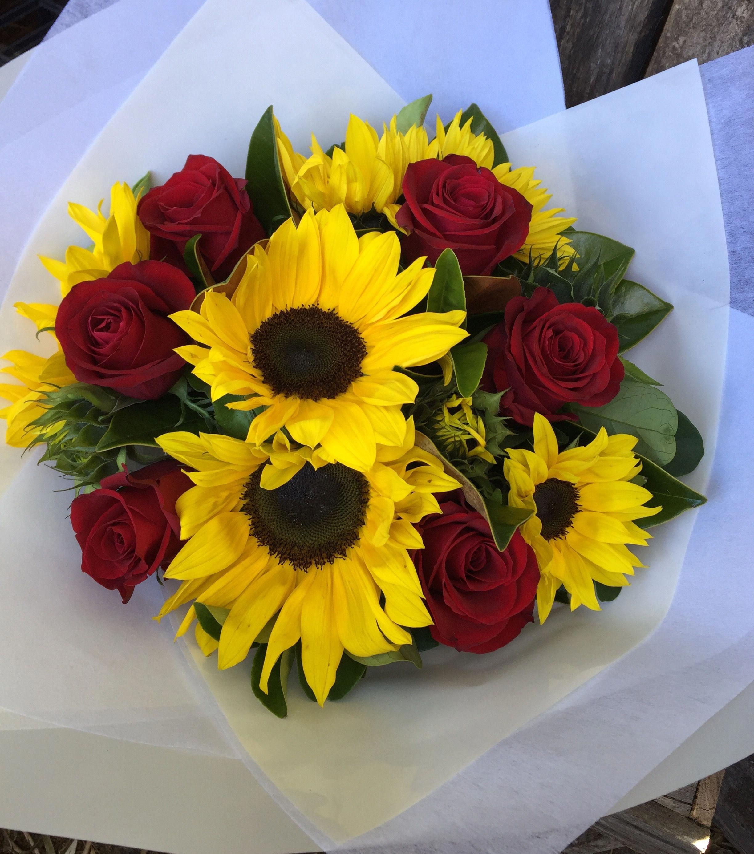 Bouquet Sposa Girasole.The Flower Manor Sunflowers And Red Rose Hand Held Bouquet Fiori