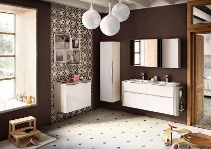 Belle salle de bains chaleureuse et lumineuse. Les meubles blancs ...