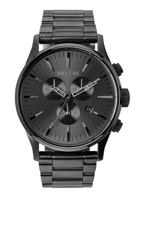 Esta es un reloj. Es negro