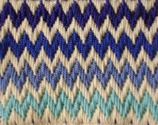 COJINES BORDADOS EN PUNTO BARLLEGO O FLORENTINO          Estos hermosos cojines son laborados en tela cañamazo bordados con hilo lana o cr...