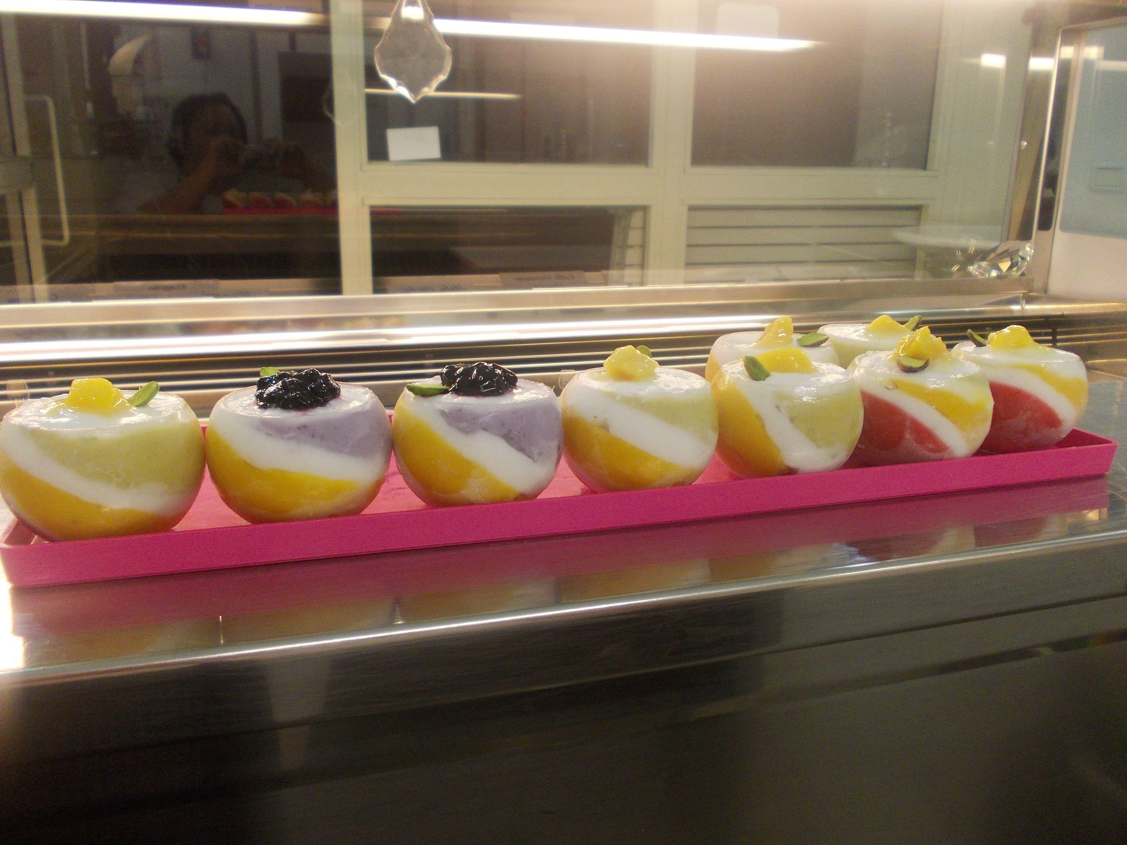 piccoli bolle di sorbetti vegani. mango,cocco,lampone,mirtilli