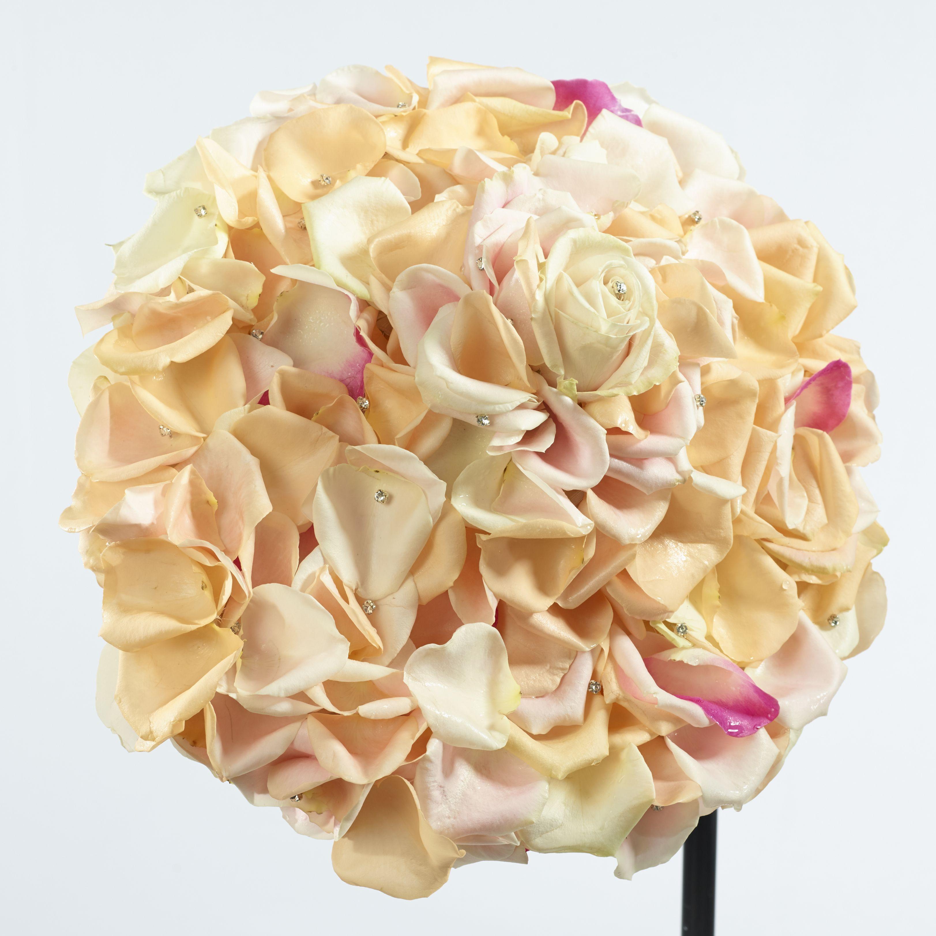 """Super romantisch - Brautstrauß Butterfly mit Avalanche Rosen. Die Verwendung dieses Bildes ist für redaktionelle Zwecke honorarfrei. Veröffentlichung bitte unter Quellenangabe: """"Fachverband Deutscher Floristen e.V./ Blumenbüro"""
