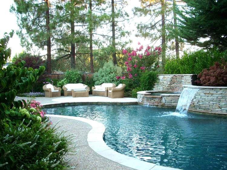 piscine de jardin moderne entourée de conifères et arbustes à fleurs ...