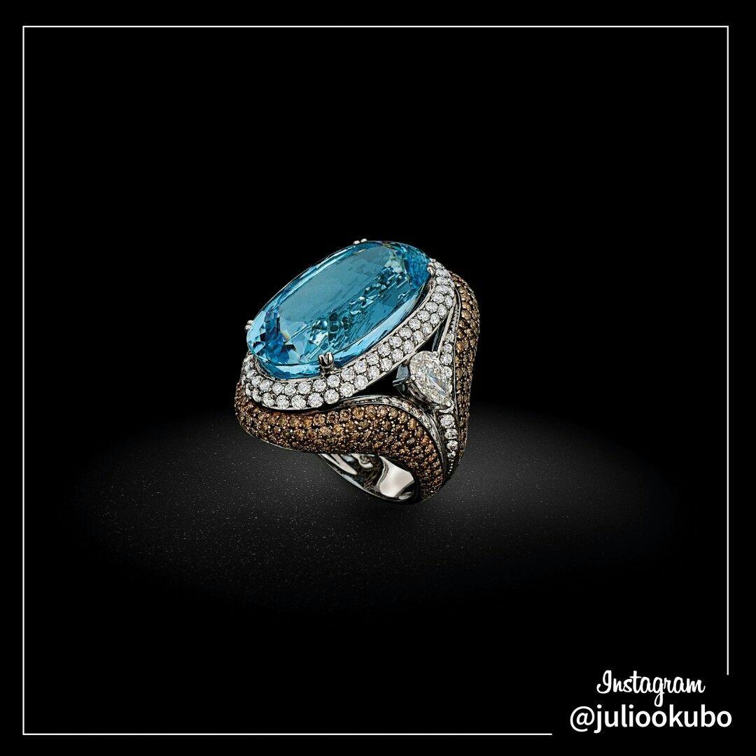 Anel em ouro branco com diamantes, diamantes brown e água marinha. Coleção 50 anos Julio Okubo. #jewellery #jewelry #handmade #pearls #perolas #diamonds #juliookubo #noivas #bridal #joiasparanoivas #luxury #iguatemisp #JulioOkubo50anos