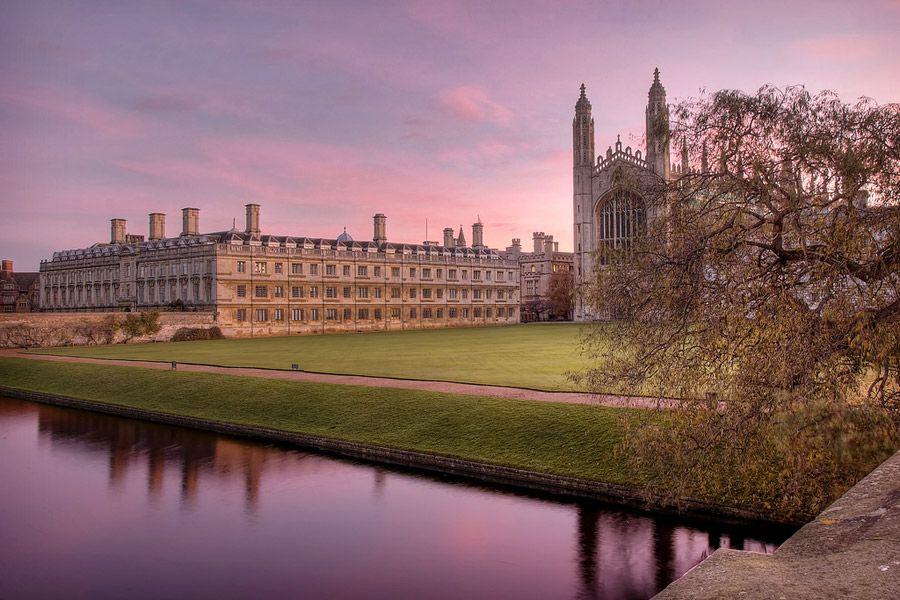 Näissä Cambridgen yliopiston maisemissa Newton sai omenasta päähänsä. Kuva: Alex Brown, Flickr CC