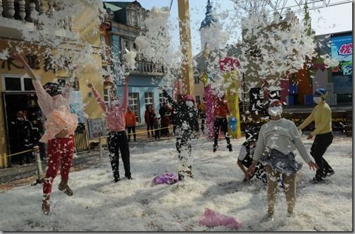 Pillow fight at a park in Changsha, the eve of the International Women's Day
