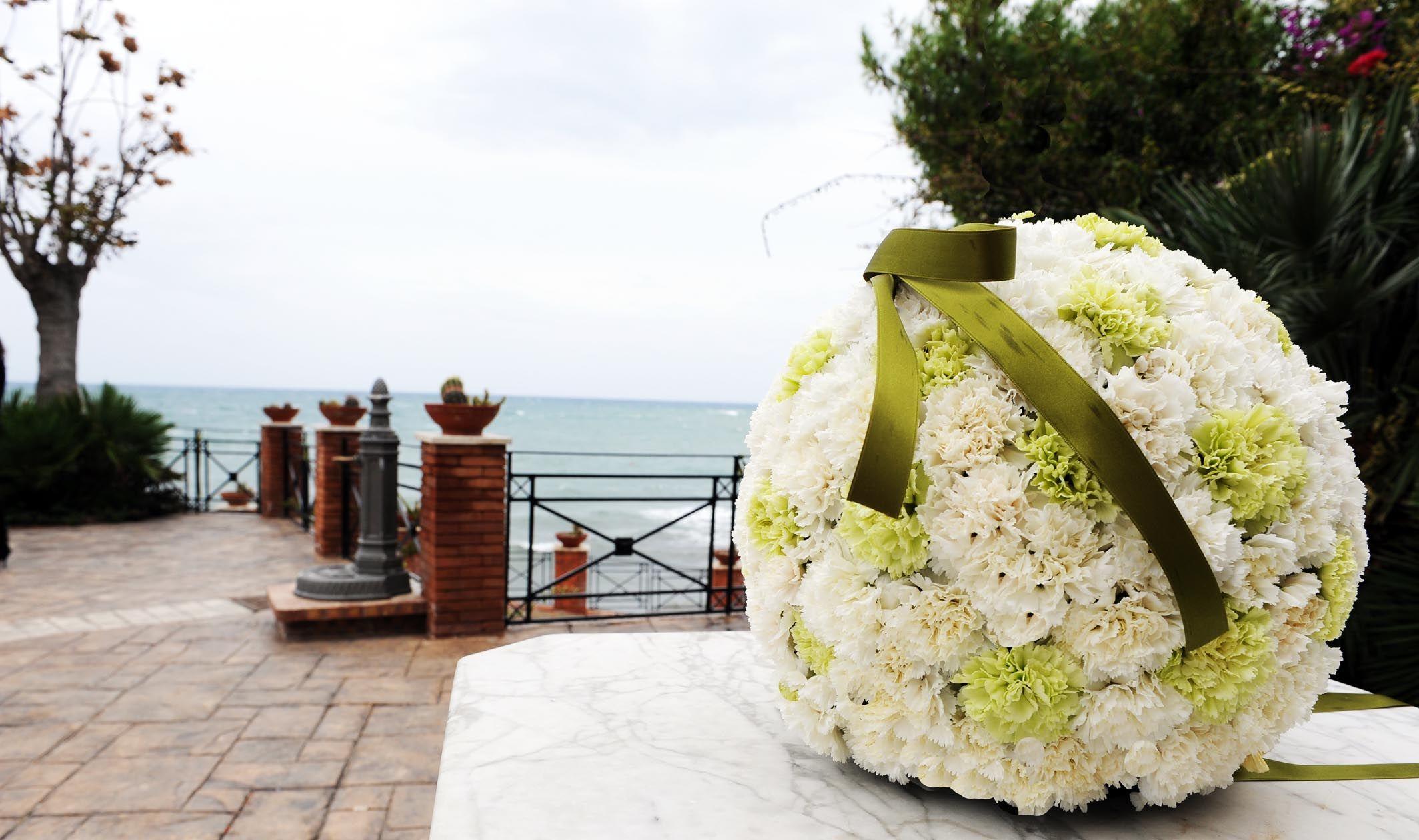 Gli allestimenti floreali in Chiesa a cura del team di wedding planner Buccella Associati.Scoprite le proposte in boutique.    www.amatelier.com  www.buccellaassociati.it