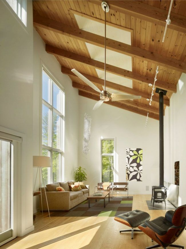 holzdecke gestalten dachschraege idee balken fenster wohnzimmer - Wohnzimmer Design Grun