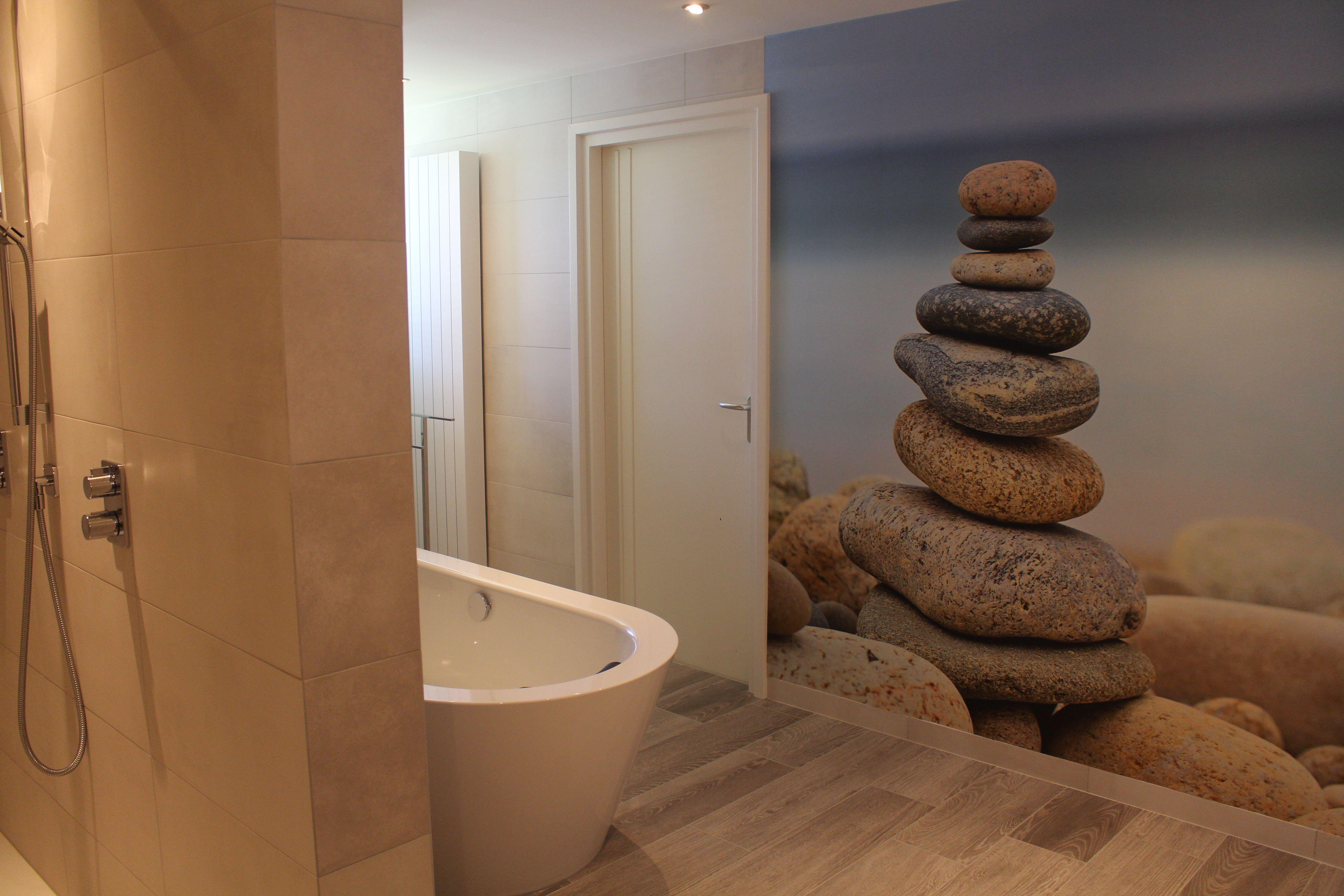 Het Vrijstaande Bad Is Zo Geplaatst In De Ruimte Dat
