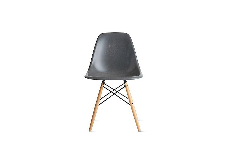 Eames® Molded Fiberglass DowelLeg Side Chair (DFSW) Stoelen