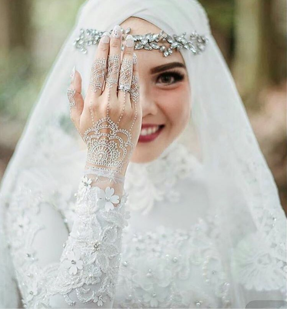 Hijab Muslim Bride In White Dress With White Henna Hijabi Wedding Dress Muslimah Wedding Dress Muslim Wedding Muslim Wedding Dresses