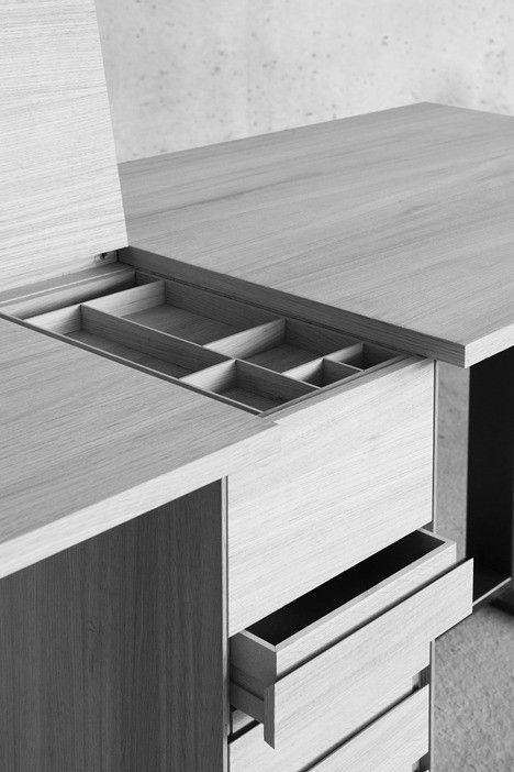 le suisse est une creation du designer giulio parini ce bureau double est divise en deux parties par une colonne centrale abritant des espaces de stockage