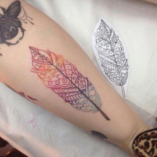 Los tatuajes de plumas simbolizan libertad Además están - tatuajes de plumas