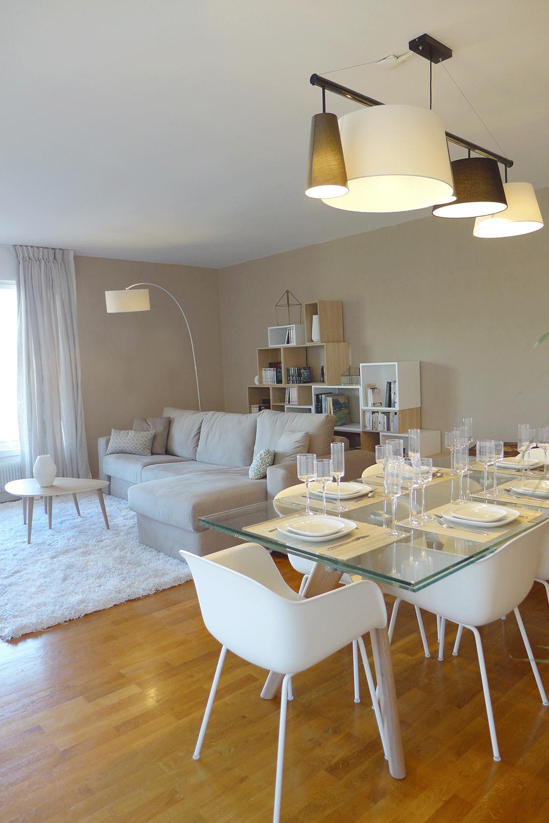 Salle A Manger Avec Table Plateau En Verre Et Chaise A Coque Salle