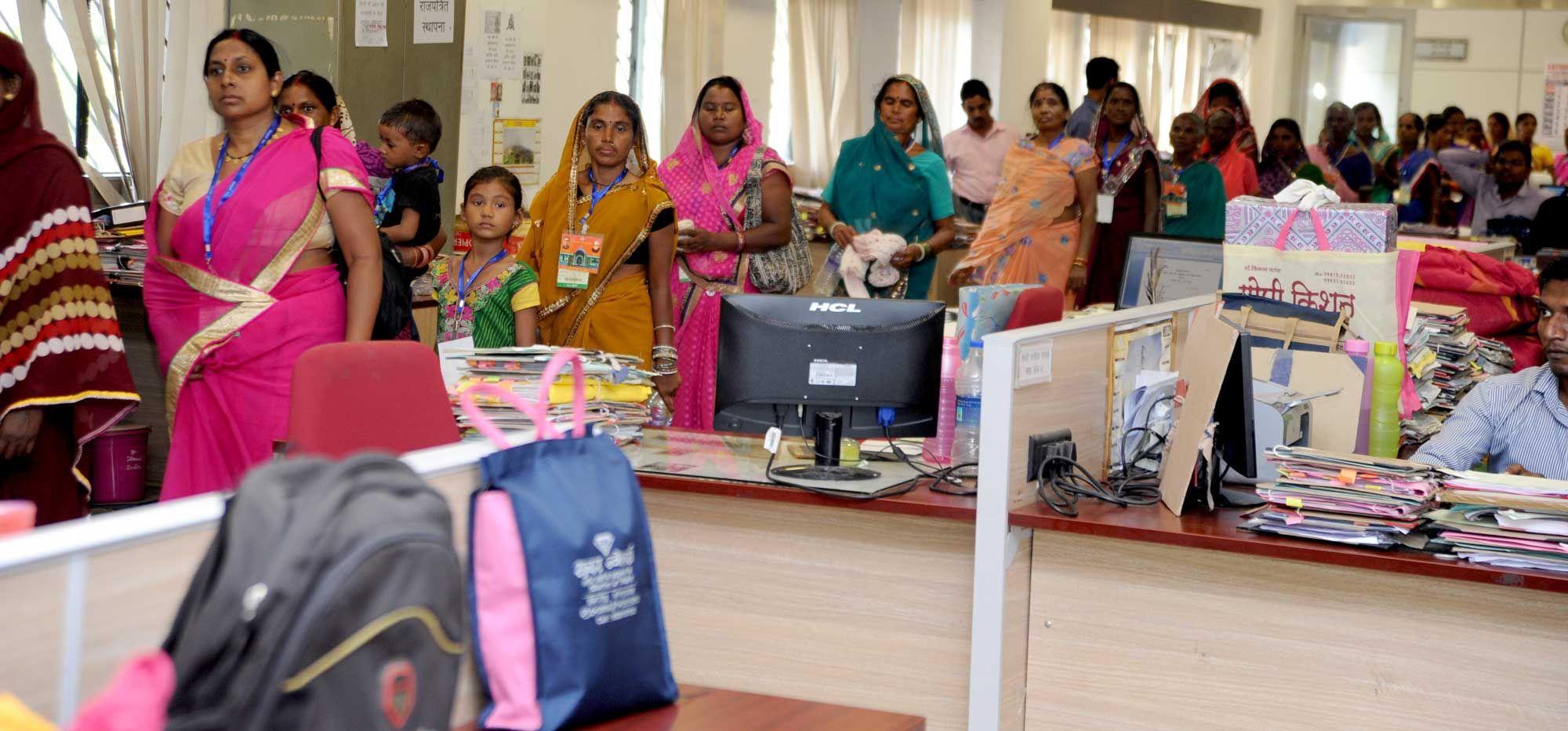 दुर्ग जिले के पंचायत प्रतिनिधियों ने मंत्रालय भवन पहुंचकर प्रशासनिक ब्लाक, सचिव ब्लाक का अवलोकन किया. मंत्रालय के रजिस्ट्रार श्री भगवान सिंह कुशवाहा ने उन्हें मंत्रालय में होने वाले कामकाज की जानकारी दी. प्रतिनिधियों ने मुख्यमंत्री डॉ. रमन सिंह का कक्ष भी देखा. परिसर में बने हरे-भरे गार्डन में बैठकर पंचायत प्रतिनिधियों ने तस्वीरें खिंचाई.