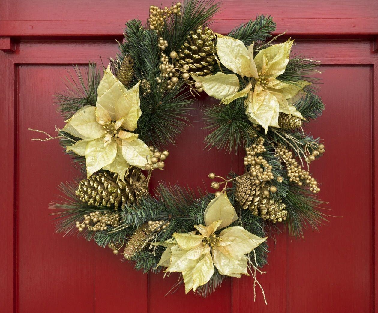Corona con elementos naturales flor de pascua pi as for Puertas decoradas con guirnaldas