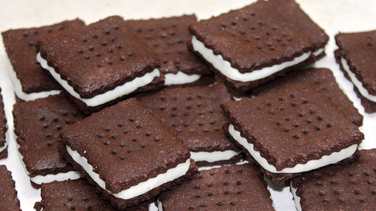 طريقة بسكويت الشوكولاتة المحشي بكريمة السكر الرائعة Desserts Food Chocolate