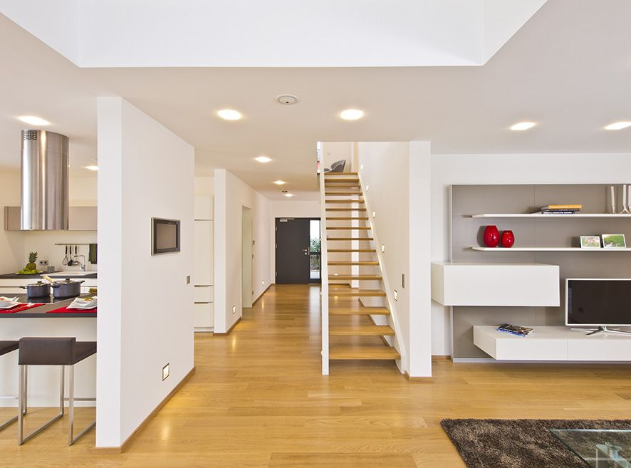 Haus FUTURE - Treppenaufgang - Fertighaus WEISS - Plusenergiehaus - design treppe holz lebendig aussieht