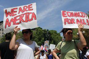 Nova York, 1o de maio de 2010: centenas de latinos protestam contra uma lei que exigia documentos de residência de imigrantes suspeitos de serem ilegais