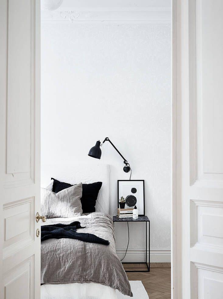 Schlafzimmer Skandinavisch Modern Minimalistisch Schlicht Reduziert  Monochrom Schwarz Weiß Grau Einrichten Wohnen Dekorieren Nachttisch Deko  Wandleuchte ...