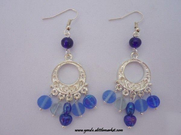 Boucles d'oreille en perles artisanales de verre bleu sur chandelier en métal argenté. En vente sur www.yende.alittlemarket.com