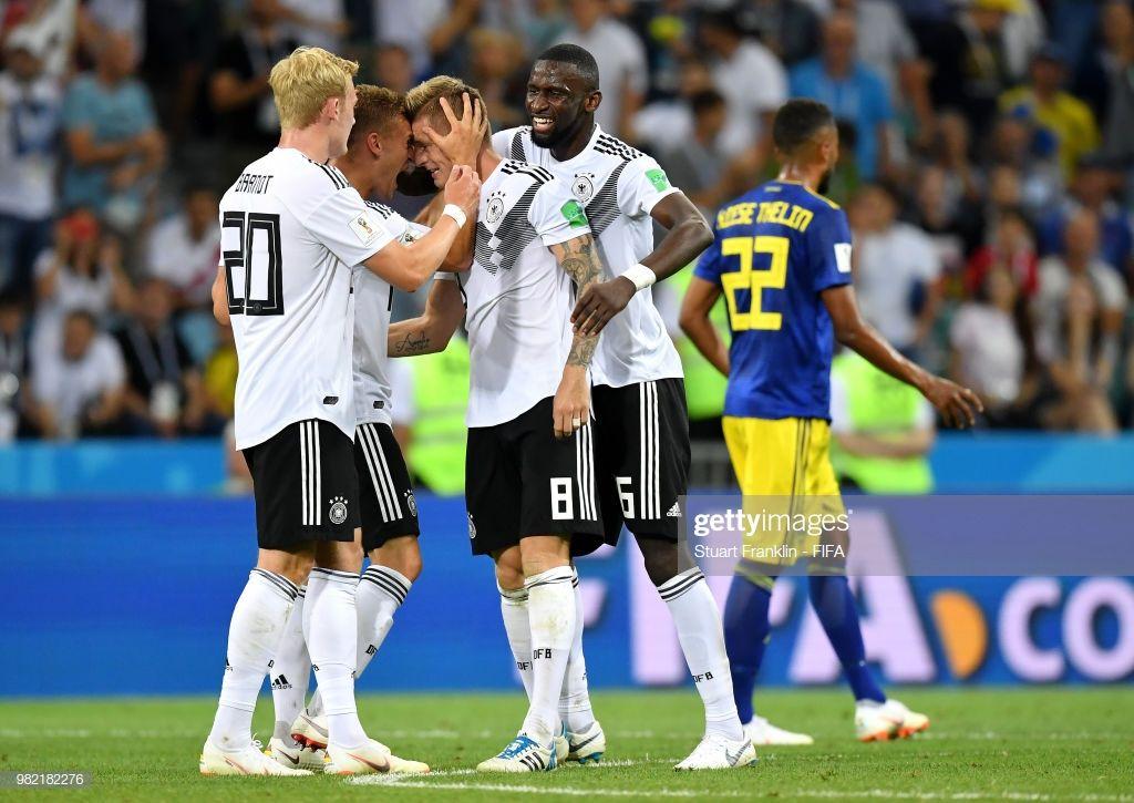 Nachrichtenfoto Toni Kroos Of Germany Celebrates Victory With Toni Kroos Fussball Kimmich