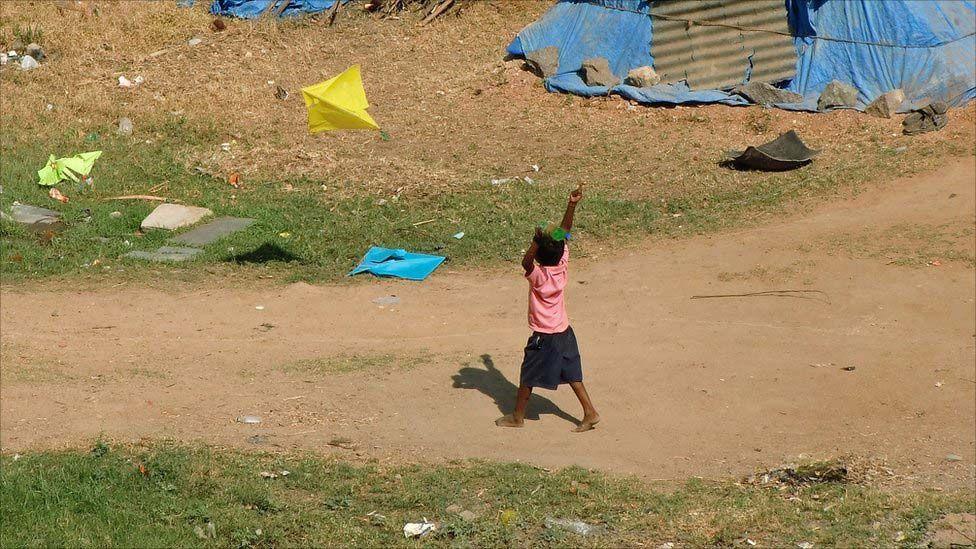 John Sai: Um garotinho solta pipa fora de sua casa no fim de tarde de Sankrantri - feriado que celebra a passagem do sol de Sagitário para Capricórnio. A festa é marcada pela tradição de soltar pipa.