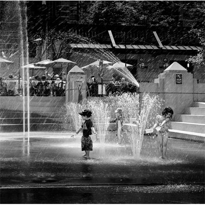 Mettez de la vie sur vos murs grâce à ces deux enfants jouant gaiement et innocemment dans l'eau.