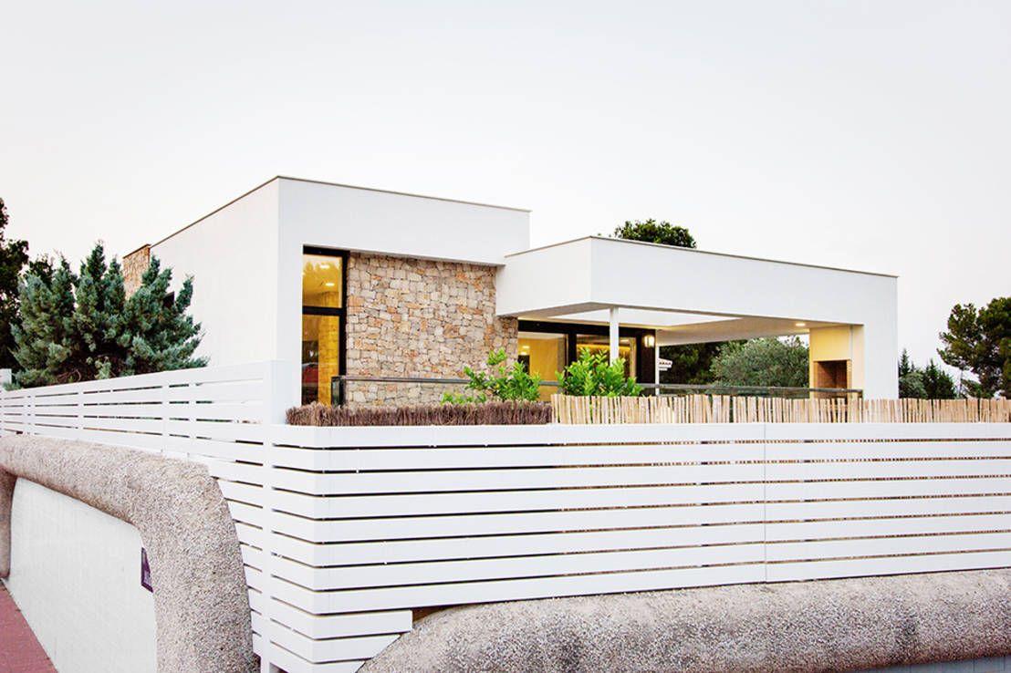 Dieses moderne Landhaus verzaubert mit seiner zeitgemäßen Formensprache, einem spannenden Materialmix und einer cleveren, energiesparenden Architektur.