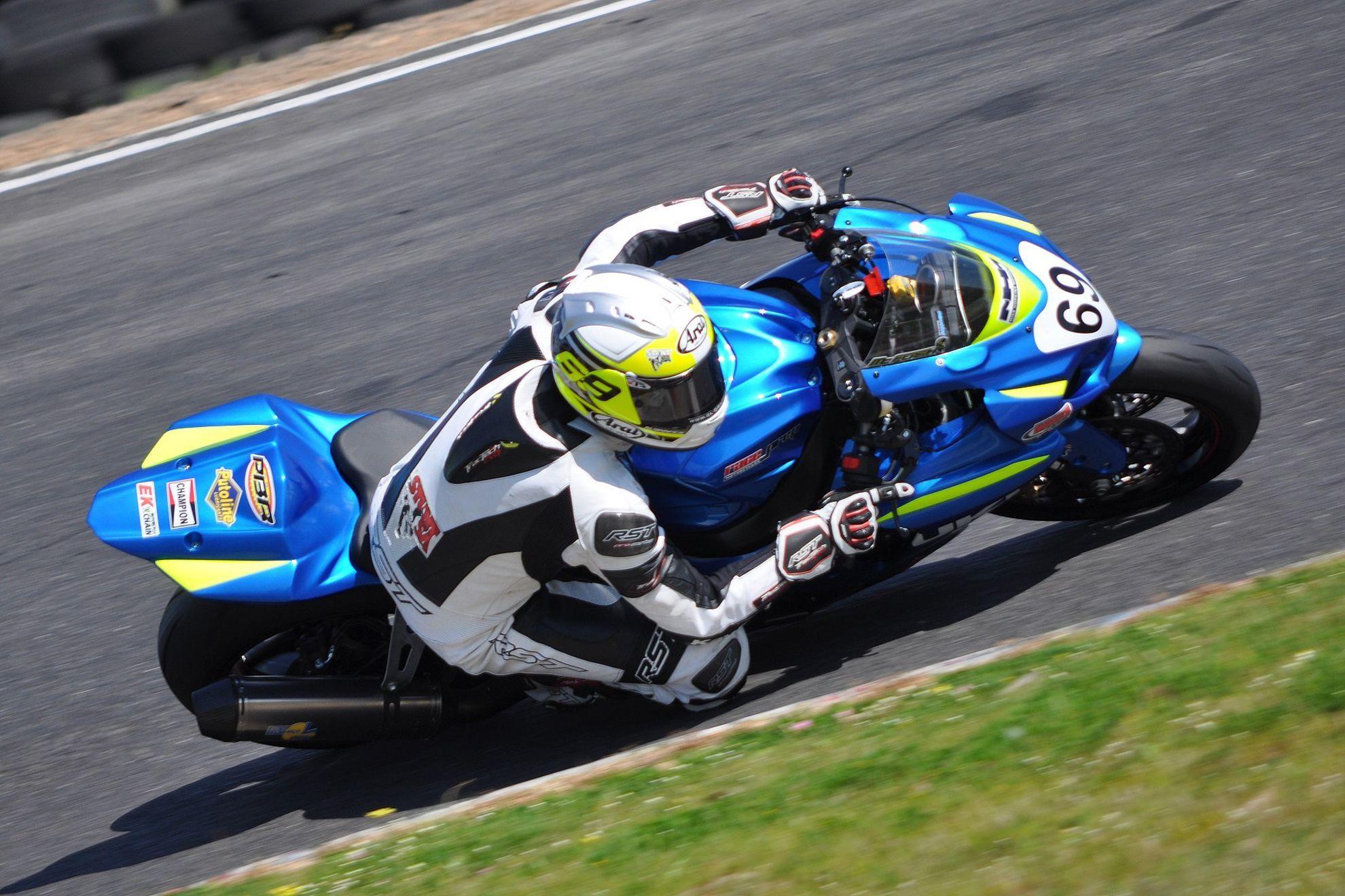 SUZUKI SUPERBIKE NEWBIE CONTROL IN DEBUT RACE Racing, Suzuki