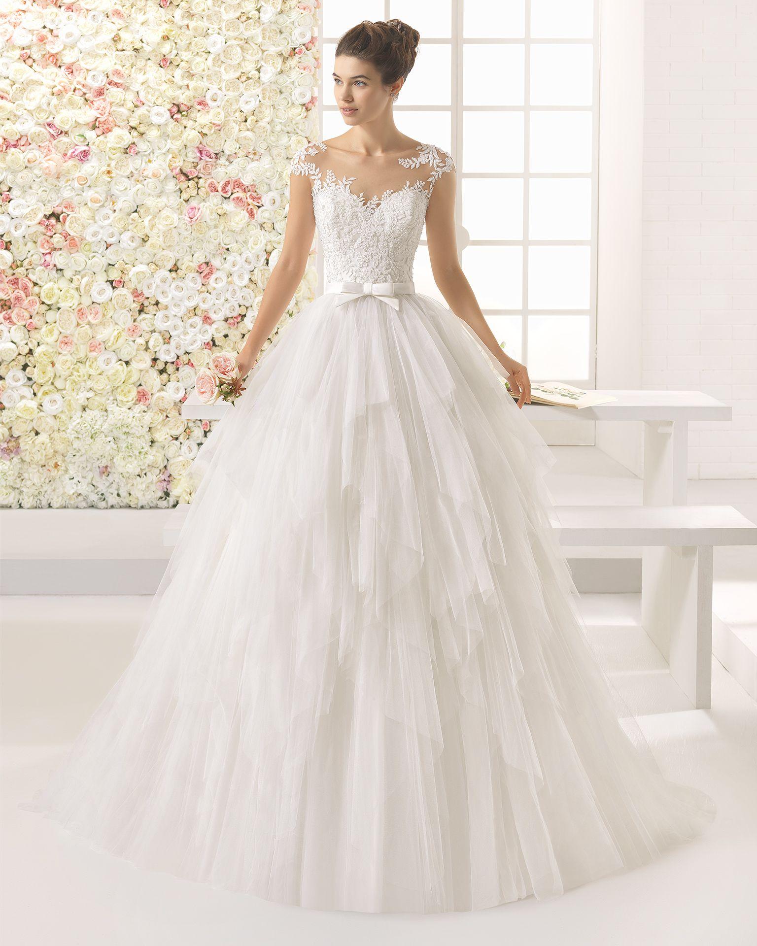 Brautkleid mit Oberteil aus strassbesetzter Guipure-Spitze und Rock ...