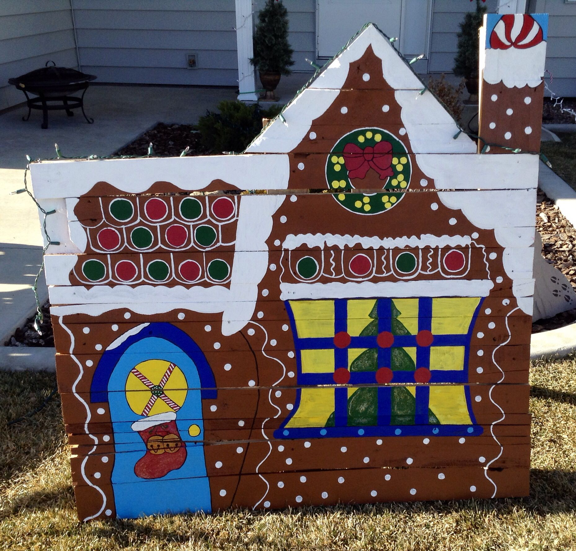 Outdoor Wooden Christmas Yard Decorations: Gingerbread House Made From Pallet. Christmas Or Holiday