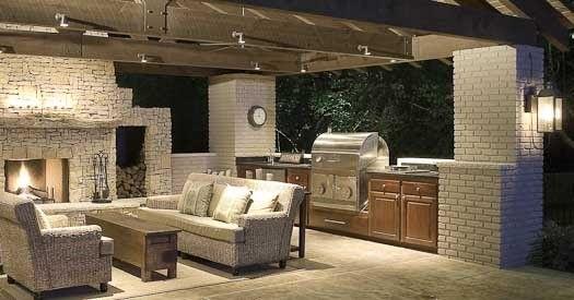 Une cuisine extérieure chic avec ses murs en briques et ses canapés - Cuisine D Ete Exterieure