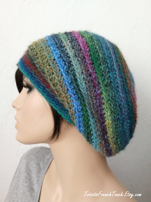 c37babc69f7 Bonnet slouch en laine multicolore fait main au crochet Bonnet Béret  Slouchy laine accessoire mode hiver en laine pour femme French Touch