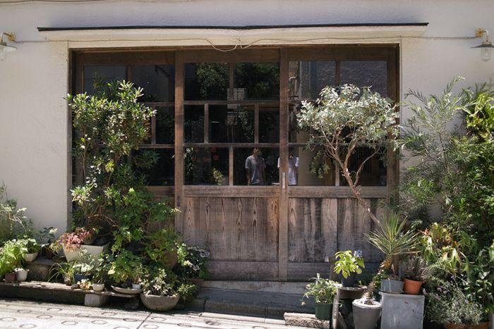 昨年は三叉路の居酒屋、今作は木の扉のクローズアップ。構成的にはずいぶん違うが、一貫して古い建物への眼差しは変らない。閉ざされた木の扉、住人は引っ越したのか、  ...
