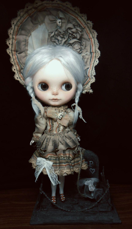 COMMISSION for creepy old BLYTHE cemetery diorama par MiriamMeri. Blythe is still cute.♥