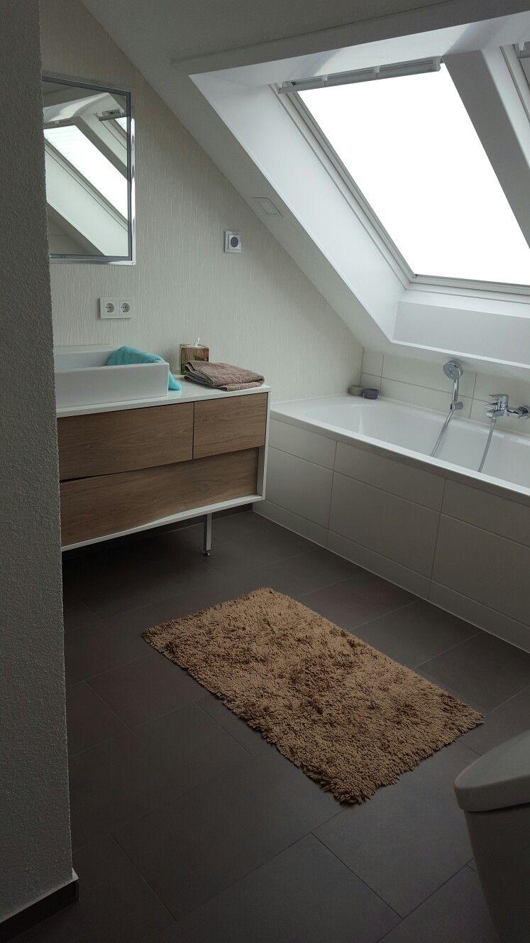 Waschtisch Badewanne Und Dachflachenfenster Dachflachenfenster Dachfenster Velux Badezimmer